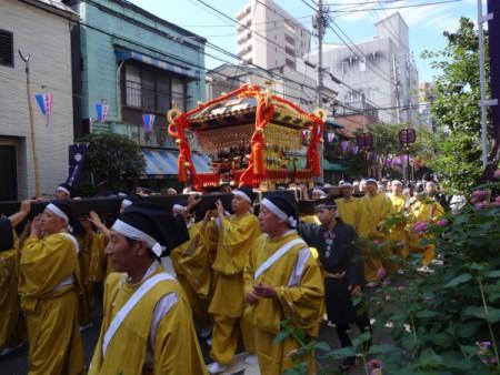 本社神輿は古式ゆかしきスタイルで!!(根津神社御祭礼メインイベント)