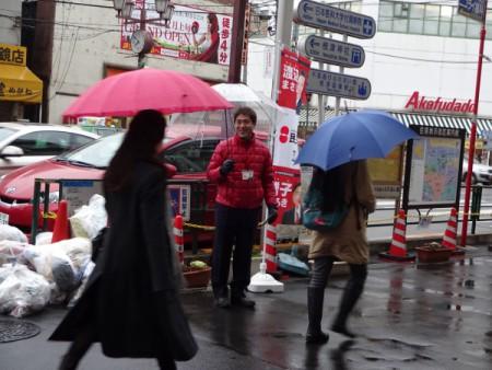 雨天決行。(根津駅頭にて・・・)