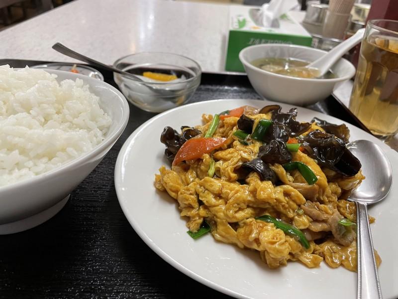 千駄木「食為天(スーイーテン)」の豚肉きくらげ卵炒め定食。