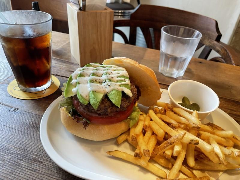千駄木「レインボーキッチン」のアボガドバーガー。